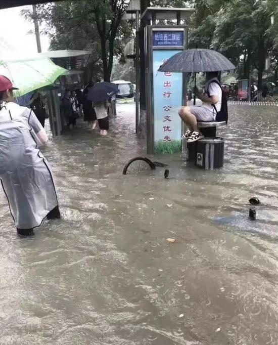 """北京周一突发暴雨 西边开启""""看海模式""""(图)"""
