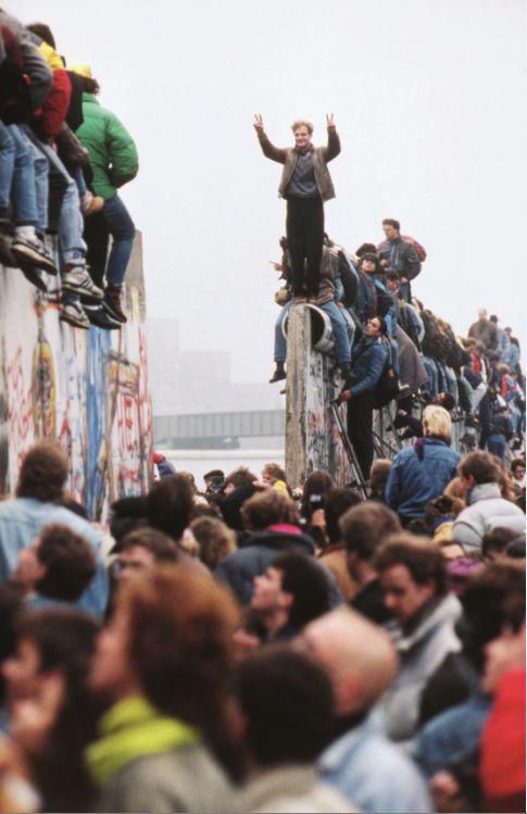 1989年11月12日,民众跑到柏林墙上庆祝拆除。图/IC