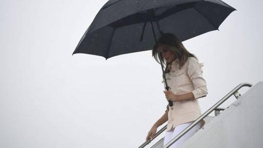梅拉尼娅在到达麦卡伦时已经脱掉了这件风衣,但返程时又重新穿上了