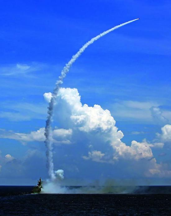 2016年7月8日,中国水师在海南岛至西沙四周海空域构造实兵实弹匹敌演练。图/新华