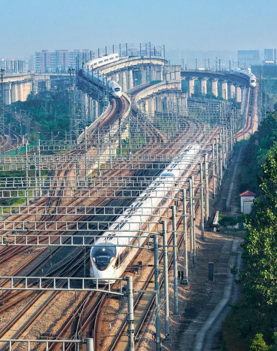 正在上海会聚的下铁路段,图中远处为再起号,拍照师@刘慎库/星球研讨所