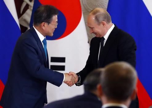 普京与文在寅发表联合声明前握手