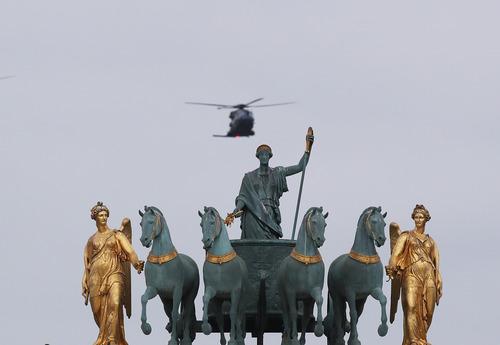 7月14日,一架直升机参加在法国巴黎举行的国庆阅兵式表演。新华社记者高静摄