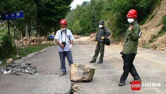 延废墟而上 救援队员:你们真的疯了