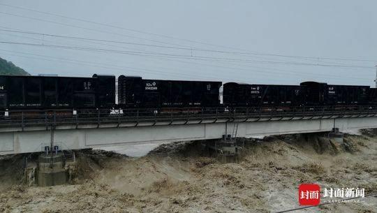 90后司机洪水中开火车压桥:事发时根本顾不上害怕