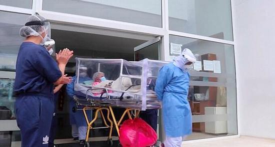 哥伦比亚104岁老太两次被确诊新冠肺炎后康复出院