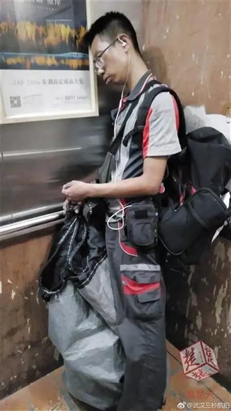这个快递小哥火了 他在电梯里被偷拍一幕刷爆网络-快递新闻网