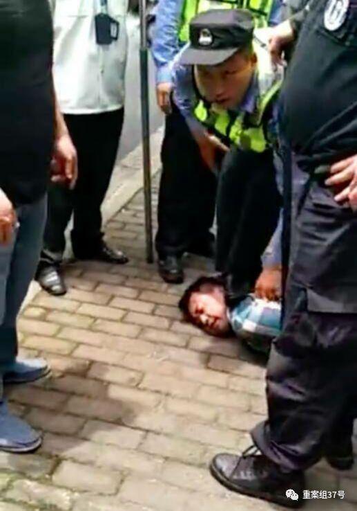 ▲嫌疑人被当场抓获。视频截图