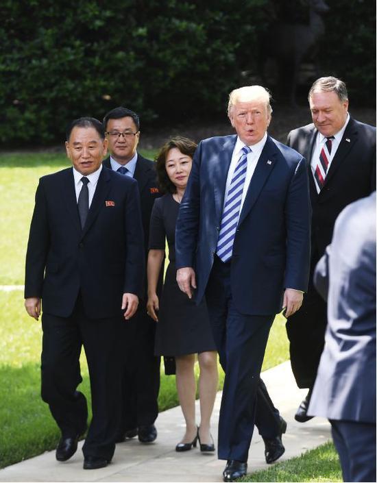 6月1日,在美国华盛顿,美国总统特朗普(前右)在白宫会见朝鲜劳动党中央委员会副委员长金英哲(前左)。右一为美国国务卿蓬佩奥。图/视觉中国