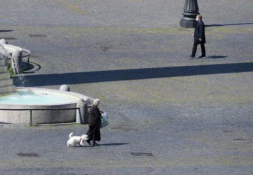 4月10日,在意大利首都罗马,人民广场上行人稀少。新华社发(奥古斯托·卡萨索利摄)