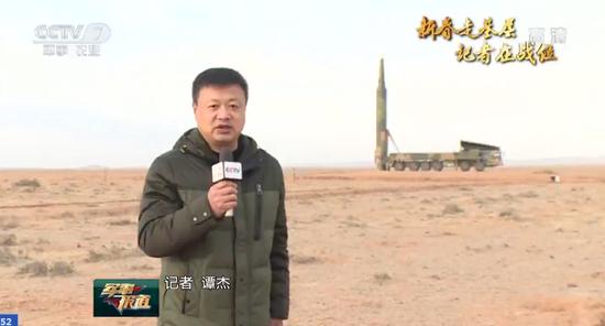 记者与150米外的东风-26发射车