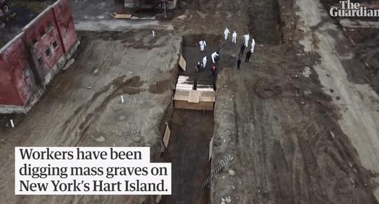 工人在哈特岛挖掘壕沟。哈特岛是一个面积只有50个足球场大小的狭长小岛,从19世纪末启用为公共墓地。/Guardian