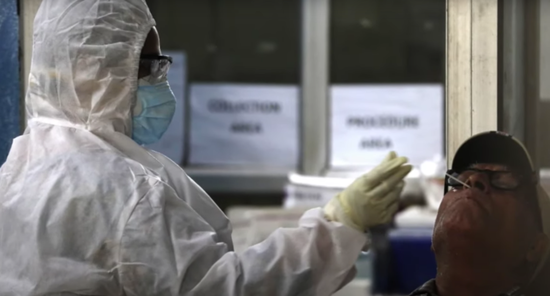 医务人员对市民做核酸检测采样。图/Indian Express Online视频截图