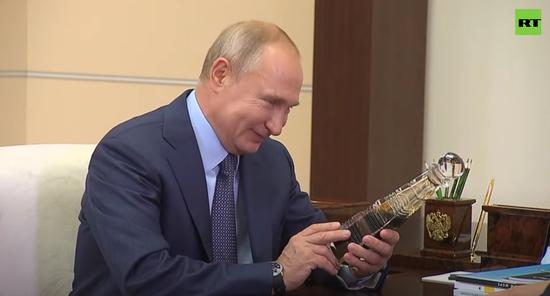 普京听到比中东石油好,笑了。(今日俄罗斯)