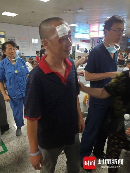 伤者廖先生眼部、额头等处擦伤。