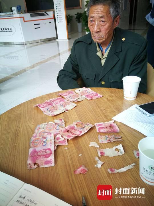 杨大爷在农商银行等待兑换。