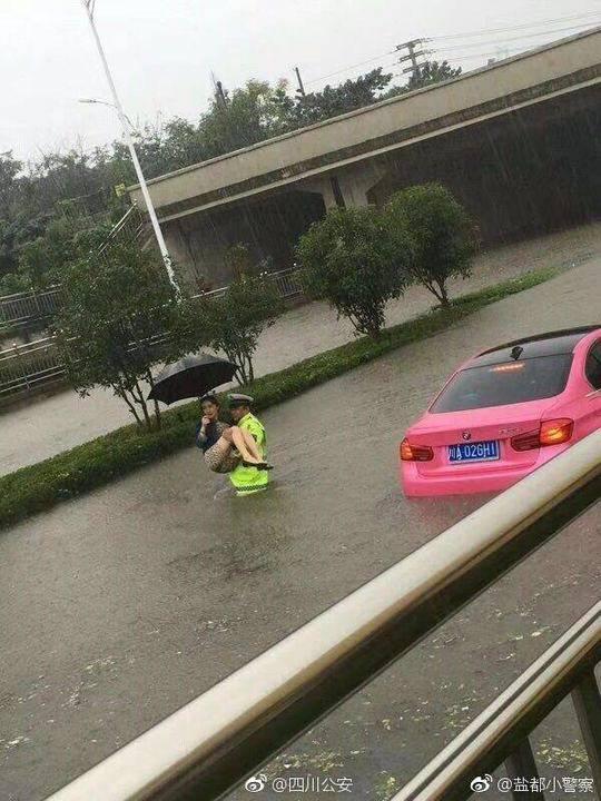 四川交警雨中抱美女转移?公安辟谣:南京暴雨旧图