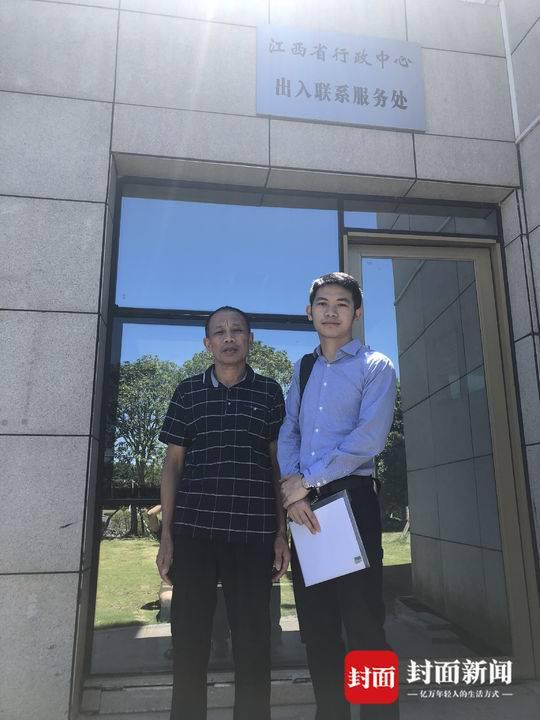 李锦莲与代理律师刘长到江西省监察委提交材料