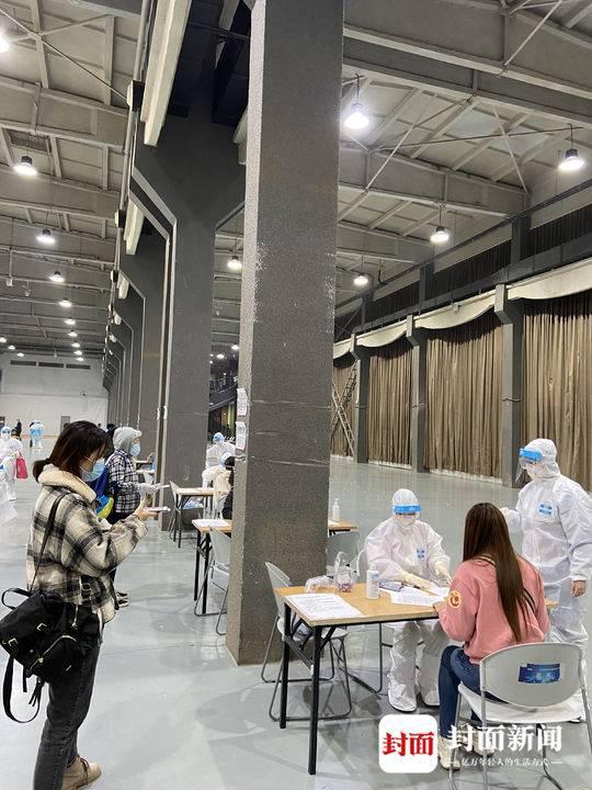 在北京向阳公园转运中央丈量体温、查对核酸检测证实、收罗血液标本 图片泉源:受访者提供