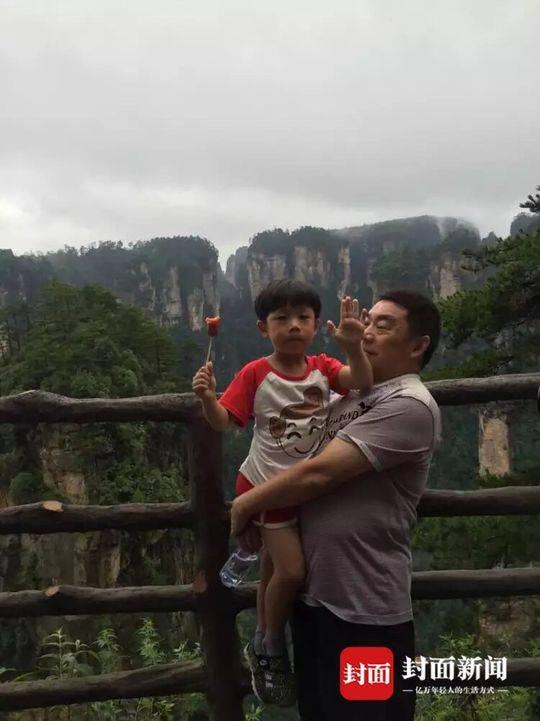 王永兴父子在外旅游