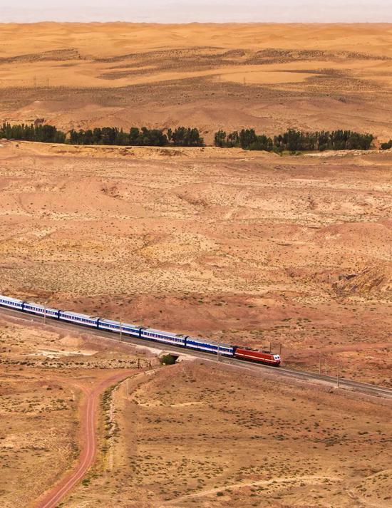 包兰铁路是中国第一条戈壁铁路,拍照师@缓朝宇/星球研讨所