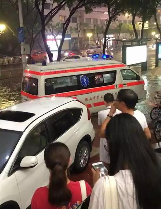 事发地点位于佛山禅城区汾江中路花园购物广场正门公交站。 南方都市报 图