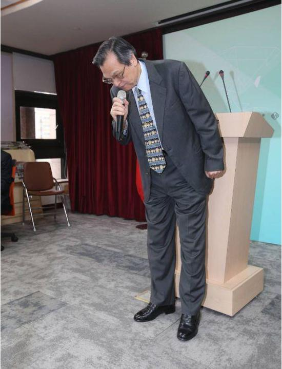 陈明通在记者会上两度鞠躬道歉。