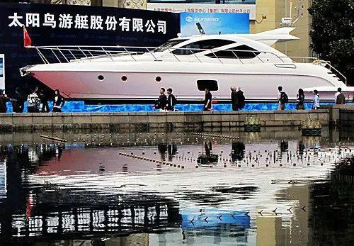 ▲在上海国际游艇展上,参观者在观看展出的游艇。(新华社)