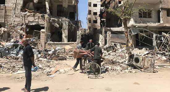 图为4月16日叙利亚所谓化武现场杜马镇。(美联社)