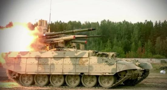 ▲BMPT坦克火力支援战车试射反坦克导弹。