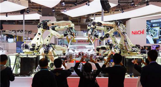 11月5日,日本那智不二越公司展出的点焊密集协作机器人在进行作业演示。新华社记者刘大伟摄
