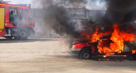 座驾离奇失火 印度政党领导人被困车内活活烧死