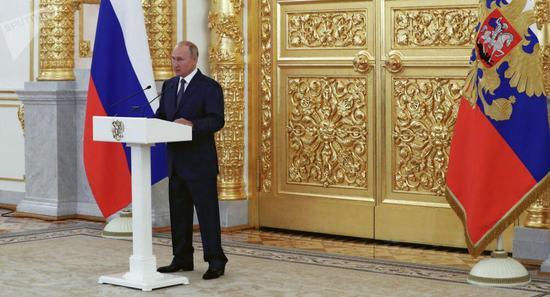 """普京警告其他国家不要在与俄关系上""""越红线"""""""
