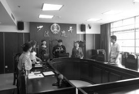 9月25日,长沙天心区法院少年法庭,法官正在宣读判决书。