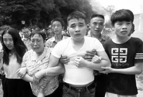 7月2日,被拐22年的黄辉(前右二)回到了衡阳金桥村的家。图/受访者提供