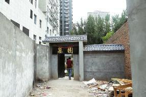 业主入住6年发现小区内有墓地 距住宅楼仅10余米
