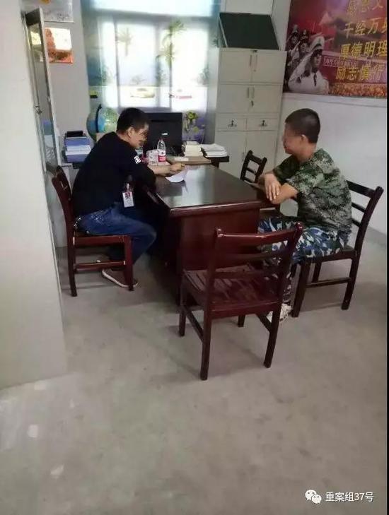 ▲合肥正能教育学校一名老师正在跟一名学员谈话。受访者供图