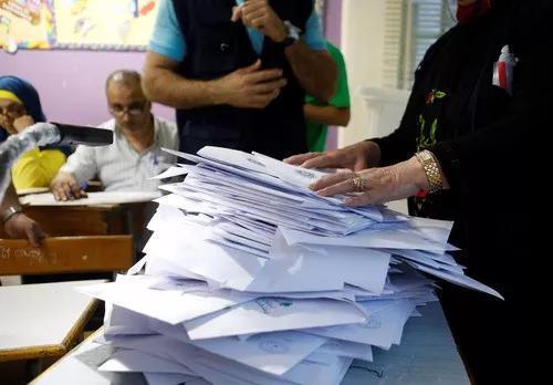 5月6日,在黎巴嫩首都贝鲁特一处投票站,工作人员清点选票。(新华社/路透)