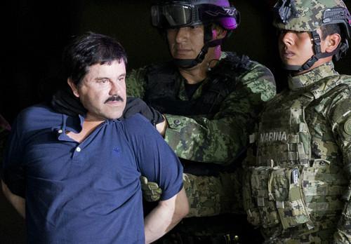 資料圖片:2016年1月8日,在墨西哥首都墨西哥城,士兵押送大毒梟華金·古斯曼。新華社/美聯