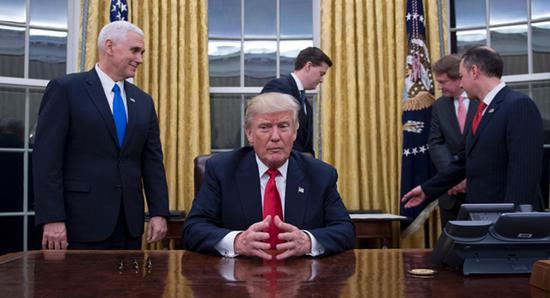 """特朗普在白宫椭圆办公室 图自美国""""政治(Politico)""""网站"""