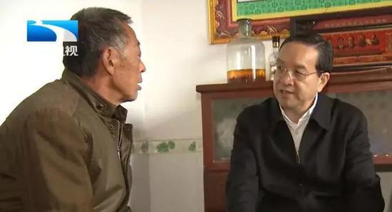 蒋超良(右)在红安调研
