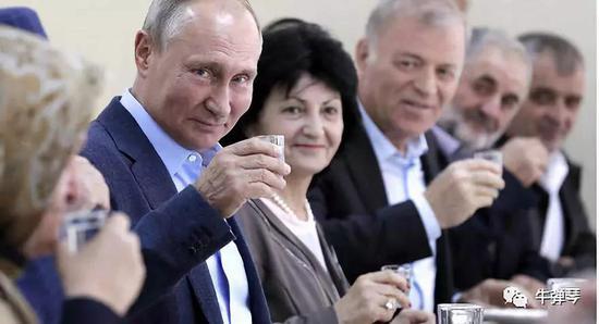 一饮而 普京喝下一杯承诺了20年的庆功酒(图)