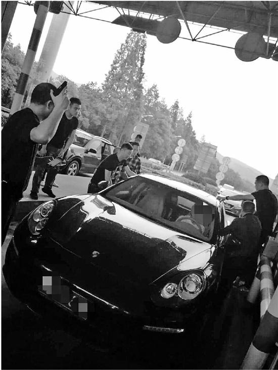 上图:劫匪驾车刚要经过收费站,突然被一群手持枪械的警察围了上来。