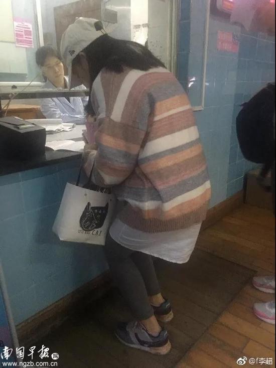 医院窗口低矮孕妇半蹲填表 说好的人性化呢?图片