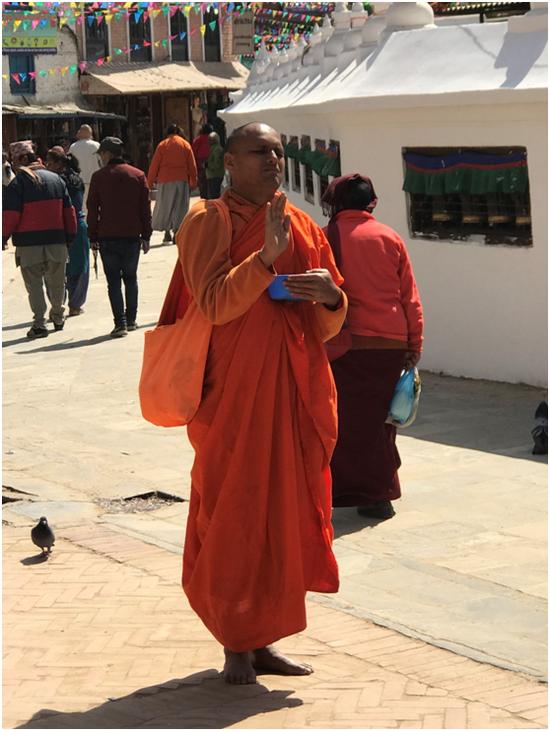 在白塔区的僧人 彭泽锋摄