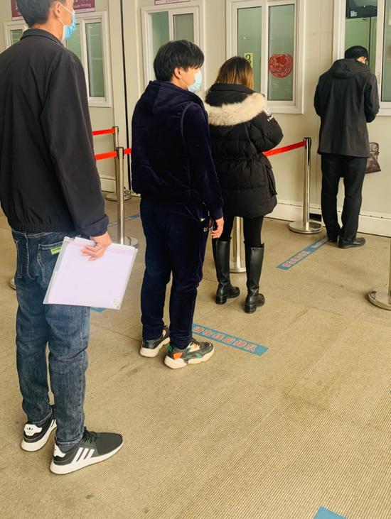 13日下午,北京朝阳医院,排队做核酸检测的只有寥寥数人。