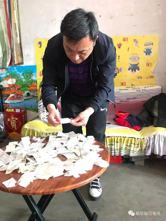 2018-08-20,在县城里的临时租房内,周继坤整理父亲多年奔波申诉留下的部分车票。记者张紫赟 摄