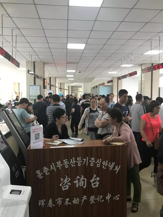 ▲珲春市不动产登记中心人满为患(图片来源:中国证券报)
