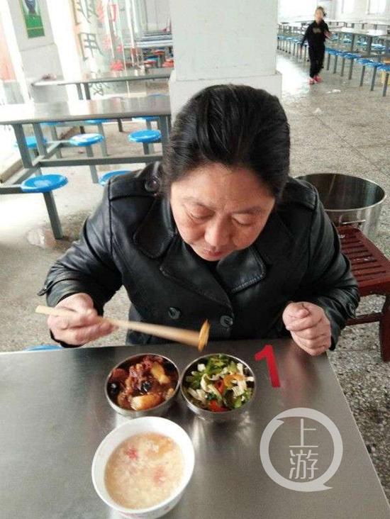 图说:安徽萧县一名校长在当试餐员。