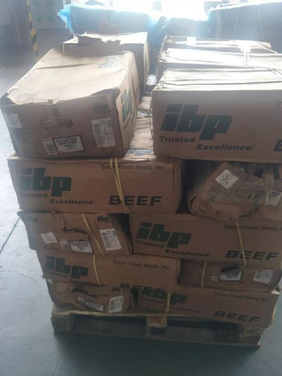 堆放在仓库月台上的走私牛肉。